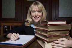 Kvinnlig förkämpe With Law Books Arkivbild