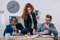 Kvinnlig finansiell konsulentvisningpresentation till affärspartners arkivbilder