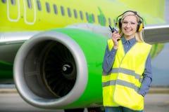Kvinnlig flygplatsarbetare Arkivfoton