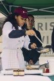 Kvinnlig forskare av turismskolan som lagar mat en pannkaka arkivbilder