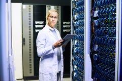 Kvinnlig forskare i datorhall Royaltyfri Bild