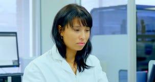 Kvinnlig forskare som arbetar på skrivbordet 4k arkivfilmer