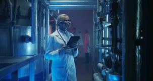 Kvinnlig forskare som kontrollerar utrustning arkivfilmer