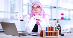Kvinnlig forskare som ler i laboratorium stock video
