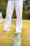 Kvinnlig fot balansera som är utomhus- Arkivbilder
