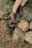 Kvinnlig fot i bruna skor Arkivfoto