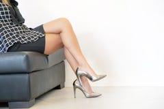 Kvinnlig fot i gråa skor Brottslig prostitution royaltyfri foto