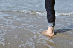 Kvinnlig fot i havet Fotografering för Bildbyråer