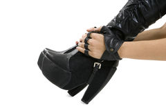 Kvinnlig fot i stilfulla svarta läderkängor Arkivbilder