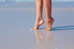 Kvinnlig fot i vatten på stranden Arkivfoton