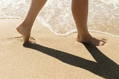 Kvinnlig fot nära havet royaltyfri fotografi