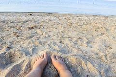 Kvinnlig fot på den sandiga stranden Royaltyfria Foton