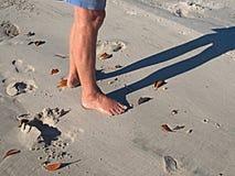 Kvinnlig fot på den vita sandiga stranden Royaltyfria Foton
