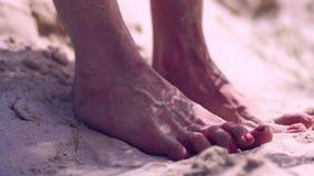 Kvinnlig fot på en sand stock video