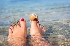 Kvinnlig fot på en strand Royaltyfri Bild