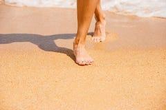 Kvinnlig fot på sanden i stranden Arkivbild