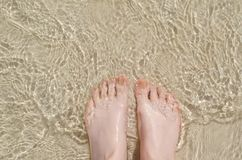 Kvinnlig fot under klart vatten Royaltyfri Foto