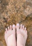 Kvinnlig fot under klart vatten Fotografering för Bildbyråer