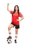 Kvinnlig fotbollspelare som gör en gest lycka Arkivfoto
