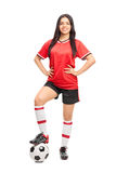 Kvinnlig fotbollsspelare i en röd ärmlös tröja royaltyfri fotografi