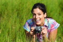 Kvinnlig fotograf för natur med den retro kameran Royaltyfri Bild