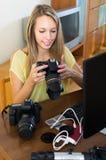 Kvinnlig fotograf framme av bärbara datorn Arkivbilder