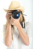 Kvinnlig fotograf med hatten Arkivbilder