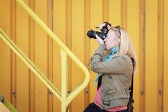 Kvinnlig fotografdet friaskytte med hennes dslr Fotografi-, kreativitet- och hobbybegrepp arkivbild