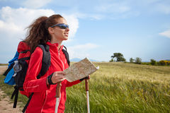 Kvinnlig fotvandra kvinna som är lycklig och ler under vandringtrek på Toscan Arkivbilder