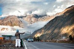 Kvinnlig fotvandrare i bergen Fotografering för Bildbyråer