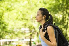 Kvinnlig fotvandrare med ryggsäcken som går på landsskogslinga Royaltyfri Foto