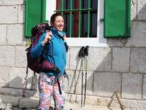 Kvinnlig fotvandrare som av tar kugghjulet Royaltyfria Foton