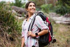 Kvinnlig fotvandrare som fotvandrar i skog royaltyfria foton