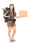 Kvinnlig fotvandrare som rymmer ett tomt papptecken Arkivbilder