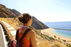 Kvinnlig fotvandrare som ser till det spektakulära landskapet av Playa de Las Teresitas, Tenerife, kanariefågelöar royaltyfria bilder
