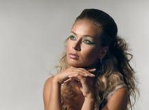 Kvinnlig framsida med smink och skinande hår arkivfoto