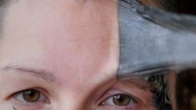 Kvinnlig framsida som täckas med en svart maskering Ta bort den rengörande filmen från huden lager videofilmer