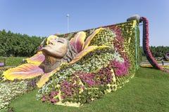 Kvinnlig framsidaskulptur på mirakelträdgården i Dubai Royaltyfri Foto