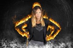 Kvinnlig framstickandekvinnabränning med ursinne Mycket ilsket med brandflammor och rök arkivfoto