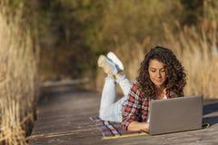 Kvinnlig freelancer som arbetar i natur royaltyfria bilder