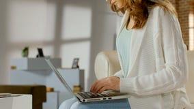 Kvinnlig freelancer som arbetar på bärbar datordatoren, startup affär, teknologi royaltyfri fotografi