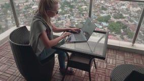 Kvinnlig Freelancer som arbetar på terrass stock video