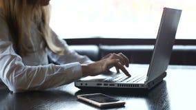 Kvinnlig freelancer som skriver snabbt, stängande bärbar dator angrily, förfallen stopptid lager videofilmer