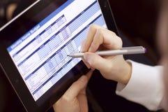 Kvinnlig funktionsduglig användande minnestavladator & penna Fotografering för Bildbyråer