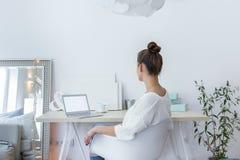 Kvinnlig funktionsduglig hemmastadd studio royaltyfria foton