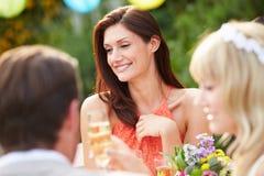 Kvinnlig gäst på bröllopmottagandet Royaltyfria Bilder