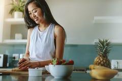 Kvinnlig görande sund frukost efter genomkörare royaltyfri bild