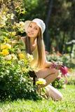 Kvinnlig gardene nära busken Fotografering för Bildbyråer