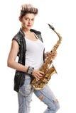 Kvinnlig gataaktör med en saxofon arkivfoto