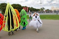 Kvinnlig gatakonstnär på sparkcykeln på `en för folk för festival` den ljusa i parkera Gorkogo på stadsdagen i Moskva Royaltyfri Foto